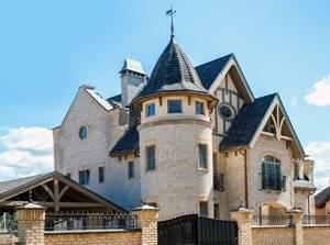 Дом в замковом стиле в городе Петродворец