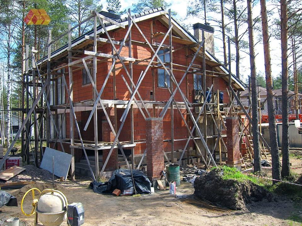 Для будущей отделки смонтирована арматурная сетка на опорные колонны