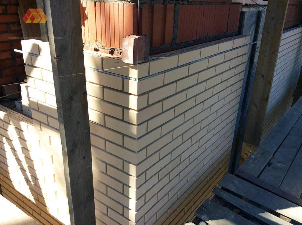 Для проверки точности кладки вертикальных стен и особенно углов, используют отвес