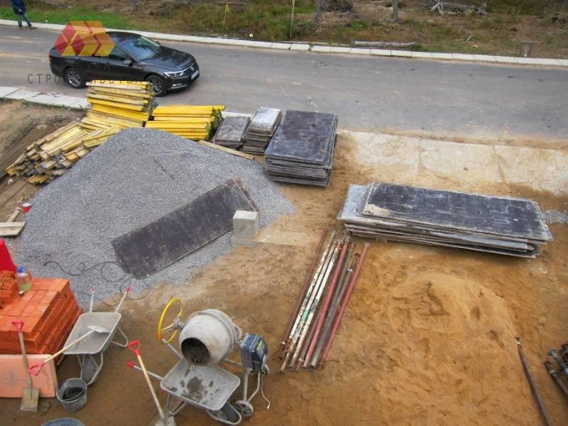 Инвентарная опалубка ждет рабочих для начала монтажа