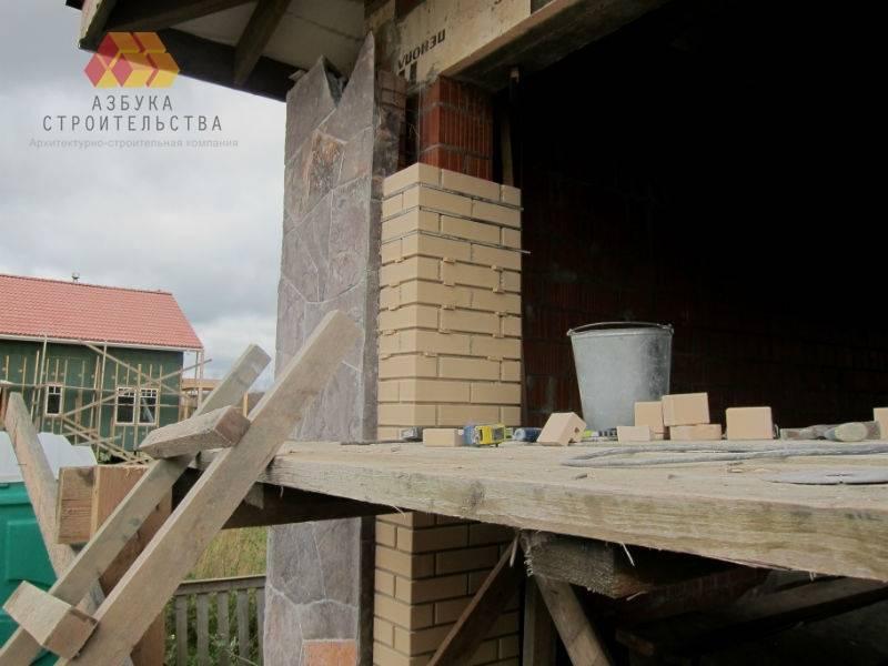 Кропотливая работа по облицовке стен гаража клинкерным кирпичом и камнем (сланец)
