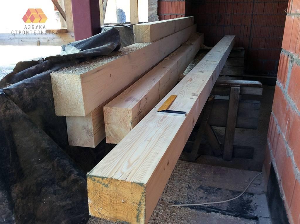 Подготовили деревянные балки для устройства навеса