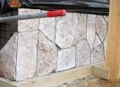 Облицовочный камень предварительно обработали праймером