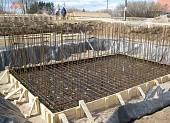 Для фундамента подвала установлена опалубка и произведено армирование