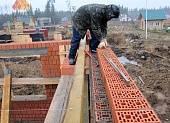 Для экономии раствора используется набивка сетки на поризованный камень